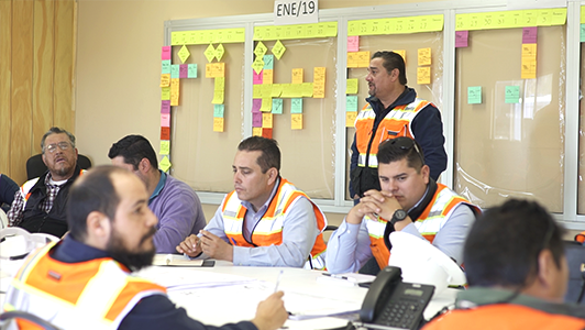 Hermosillo team discussing their last planner system for lean construction project